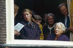Prinsessen Juliana en Christina kijken bij het kabinet van de koning naar de rijtour