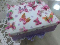 Caixa de forração em tecido com borboletas 3d Butter Dish, Decoupage, Dishes, Cake, Desserts, Food, Butterflies, Fabrics, Madeira