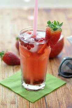[Rezept] Granatapfel Erdbeer Ice Tea Cocktail mit der Special T Maschine http://www.mymirrorworld.com/2014/03/rezept-granatapfel-ice-tea-cocktail/