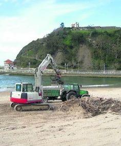 Comienzan los trabajos de limpieza en la playa riosellana de Santa Marina