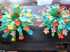 knippen zoals gras, oprollen en vastnieten, plakfiguren bloemen of gemaakt met het ponsmachine......leuk idee met een briefje in voor moederdag.