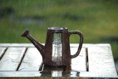 Regenmeter in de vorm van een gieter is een prachtige decoratie voort de tuin, tevens is het natuurlijk een mooi  meettoestel om de hoeveelheid gevallen neerslag gedurende een bepaalde tijdsperiode op te vangen en op te meten.  Het maatglas kan eenvoudig uit de gieter worden gehaald om na het opmeten te ledigen. Bereik tot en met 8 cm regenmeter of 80 liter neerslag per m².  Maten: CA 16,5 cm x 7,8 cm x 9,8 cm.