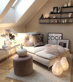 Kleines Zimmer Loft / Small Rooms Fitness GYM Loft / Small Rooms # Rooms Are you lookin Decor, Small Loft Spaces, Attic Living Rooms, Bedroom Design, Bedroom Decor, Small Attic Room, Home Decor, Room Decor, Apartment Decor
