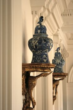This is just utter Heaven for me! Blue + white Porcelain - gorgeous Ginger Jars with Bird Finials! The gilt Wall Brackets of Birds! The Columns + Pilasters, Cornice + Arch! Just utterly sublime! Blue And White China, Blue China, Chinoiserie Chic, Wall Brackets, Ginger Jars, White Decor, White Porcelain, Wall Sconces, Mirrors