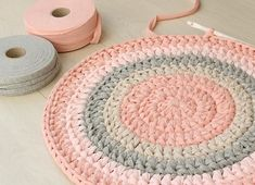 Crochet round rug yarn estimation How much yarn you need for a crochet round rug. A simple method that will help you to estimate how much yarn you need per each color for a crochet round rug Crochet Mat, Crochet Rug Patterns, Crochet Home, Crochet Crafts, Diy Crochet Round Rug, Crochet Birds, Simple Crochet, Crochet Animals, Yarn Projects