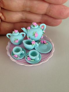 Teapots miniatures Set teapots miniatures Ivani Grande - Miniaturas Brasieliras- Brazilian Miniatures Polymer Clay Fairy, Cute Polymer Clay, Cute Clay, Polymer Clay Miniatures, Fimo Clay, Polymer Clay Projects, Polymer Clay Charms, Clay Crafts, Miniature Crafts