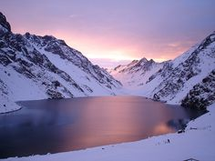 Laguna del Inca, con canchas de ski Portillo