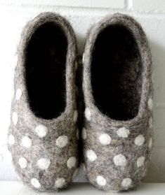 How to make felt slippers - From Britain with Love love these grey and white polka dot wool felt slippers. Click through to find out how to make a pair of wool felted slippers with other beautiful ideas to try that you'll love to make - and wear! Felted Slippers Pattern, Knitted Slippers, Needle Felted, Wet Felting, Felted Wool Crafts, Felt Crafts, Kids Slippers, Felt Shoes, Polka Dot