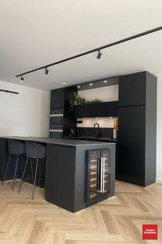 Kitchen Room Design, Modern Kitchen Design, Kitchen Interior, Black Kitchens, Home Kitchens, Modern Moroccan Decor, Tv Unit Interior Design, Kitchen Cabinets And Backsplash, Open Plan Kitchen Dining Living