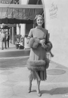 Loretta Young in front of the Brown Derby Vintage Fur, Mode Vintage, Vintage Glamour, Vintage Beauty, Classic Actresses, Female Actresses, Hollywood Actresses, Old Hollywood Glamour, Vintage Hollywood