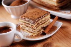 Tiramisu - The 'pick-me-up' cake. The delightful tiramisu recipe with sponge fingers soaked in coffee, layered around and smeared with a creamy mascarpone mixture. The word 'tiramisu' in Italian means 'pick-me-up'. Owing to its caffeine kick it sure does! Top 10 Desserts, Italian Desserts, Healthy Desserts, Dinner Healthy, Tiramisu Breton, Tiramisu Caramel, Food Cakes, Cupcake Cakes, Cupcakes