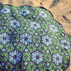 Grow Your Molecule blanket consists of three types of motifs: hexagons, triangles and traditional granny squares. The motifs are joined as you go, making for minimal finishing.The specific arrangement of motifs creates a spectacular geometric pattern and the combination of different types of motifs, solid and multicolored, results in an endless number of possible blanket palettes.Be inspired by some of them shown on the last page and create your own Molecule!Gauge Three rounds of standard…