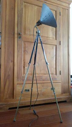 Online veilinghuis Catawiki: Indrukwekkende Industriele Vintage Vloerlamp / Dressoirlamp op zwart Duits Bilora statief +-1.5 hoog!