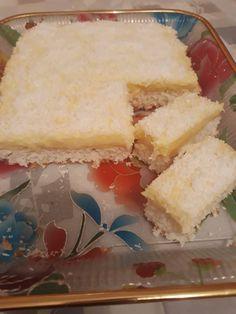 A KETKES Facebook csoportban láttam a receptet és mivel maradt két tojásfehérjém, gondoltam kipróbálom.Finom lett, karácsonyra megvan az egyik süti! Hozzávalók 2 tojásfehérje, 15 dkg cukor, 2 ek. lisztet, fél sütőpor, 10 dkg kókuszreszelék pici só. Krém: 1 vaníliás pudingpor, 4 dl tej, cukor, fél kocka Rama. Tetejére:kókuszreszelék. Elkészítés 2 tojásfehérjéből pici só és 15dkg … Cake Cookies, Cornbread, Vanilla Cake, Cheesecake, Dessert Recipes, Food And Drink, Sweets, Ethnic Recipes, Pizza