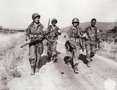 Les parachutistes américains après avoir sauté dans le sud de la France près de Le Muy dans l ' opération DRAGOON, 15 août 1944.