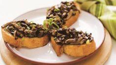 Bruschetta de cogumelos aromatizada com óleo de gergelim