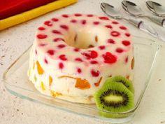O Pudim de Maria Mole Tropical (com Frutas) é uma sobremesa prática, deliciosa e perfeita para os dias mais quentes. Não perca tempo e confira já a receita!