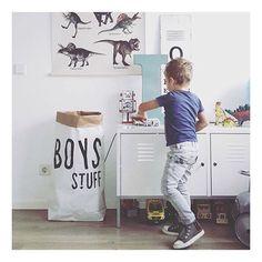 Super cool drengeværelse  opbevaringsækken finder du på shoppen og den fede vintage poster med dinosaurusser, har vi også været heldige og få fingrene i.  Den kommer på lager i løbet af et par uger  billedkredit @marjon_meloni #littlekidsville #carlijnq #drengeværelse #børneværelse #dinoposter