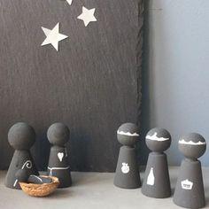 een kerststal zelf maken van peg dolls Nativity Peg Doll, Diy Nativity, Wood Peg Dolls, Christmas Time, Christmas Crafts, Christmas Decorations, Wooden Pegs, Dream Home Design, Chalkboard Art