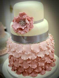 Torta nuziale con petali, in rosa antica e grigio. Hmm, un po troppo per me..? Petals wedding Cake in antique rose and grey.