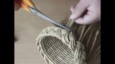 Paper Weaving, Weaving Art, Weaving Patterns, Newspaper Basket, Newspaper Crafts, Willow Weaving, Basket Weaving, Paper Video, Diy Accessoires