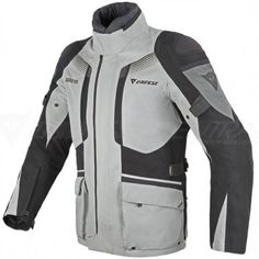 a technical garment to accompany him on long trips and that also effectively shelters in the event of rain and cold temperatures, in order to enjoy both the riding experience and the scenery.