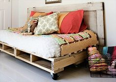 Daybed with Wheels - 12 DIY #Pallet Daybed Ideas | 1001 Pallet Ideas