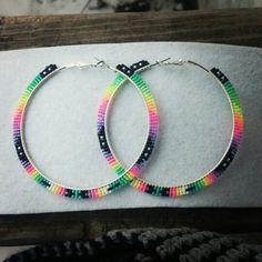 These colors! <3 Beaded Earrings Native, Beaded Earrings Patterns, Seed Bead Patterns, Seed Bead Earrings, Diy Earrings, Hoop Earrings, Shell Jewelry, Beaded Jewelry, Beaded Bracelets