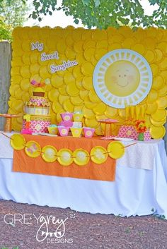 Awesome paper plate backdrop at a Sunshine Party #sunshine #partybackdrop
