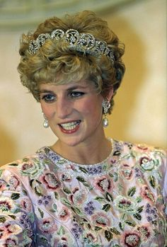 a lovely close up of Diana in the Spencer tiara during a visit to South Korea, wearing an elaborately beaded gown Princess Diana Tiara, Real Princess, Princess Kate, Princess Of Wales, Princesa Diana, Lovers Knot Tiara, Lady Diana Spencer, Spencer Family, Isabel Ii