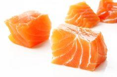Salmone. In Italia non è sempre facile trovare il salmone fresco selvaggio. Se scegliete quello di allevamento assicuratevi che i mangimi siano biologici e di qualità. Potete utilizzare anche il salmone selvaggio affumicato. In questo caso l'apporto di rame è inferiore rispetto al prodotto fresco.