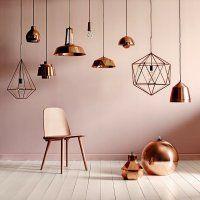 Le rose pâle s'accorde parfaitement avec le cuivre. Le cuivre fait d'ailleurs partie des tendances de cette saison avec par exemple des lampes en suspensions.