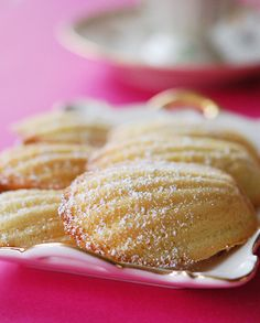 There is much debate over the origin of the little French sponge cake, the Madeleine, however there are two things that are certain; that the small French town of Commercy in the Lorraine region, proudly stake their claim over the. Köstliche Desserts, Delicious Desserts, Dessert Recipes, Yummy Food, Madaline Cookies, Madelines Recipe, Madeleine Cake, Sydney Food, French Pastries