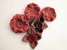 Sono fiori costruiti intorno ad un bottone...molto divertenti da fare!!!Il tutorial lo trovate qui www.ipuntinidilucia.com