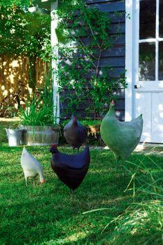 Poule de jardin en ciment sur une base en grillage, puis peinte dans tous les tons