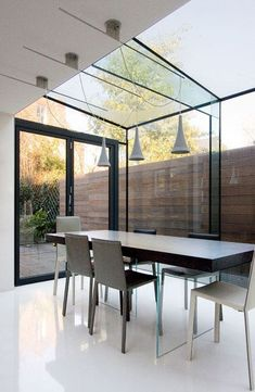 Modern dining in a contemporary glass extension Extension Veranda, Glass Extension, Side Extension, Extension Ideas, Architects London, Moderne Pools, Casa Loft, Glass Room, Roof Light