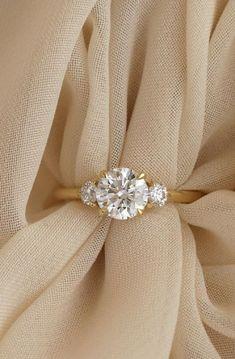 Three Stone Engagement Ring,Round cut engagement ring