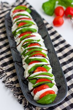 insalata caprese Italian Food Menu, Italian Salad, Party Food Platters, Healthy Snacks, Healthy Recipes, Good Food, Yummy Food, Snacks Für Party, Food Decoration