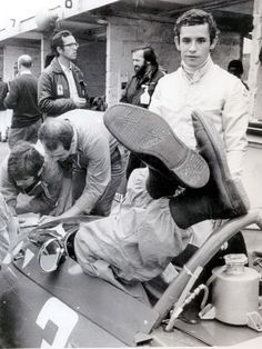 Jacky Ickx - The mechanics are obviously adjusting the pedals of the Ferrari of young Mr Ickx, 25 years old at that time. Ferrari F1, Ferrari Racing, Le Mans, Formula 1, Grand Prix, F1 Wallpaper Hd, Gp Moto, Jochen Rindt, Automobile