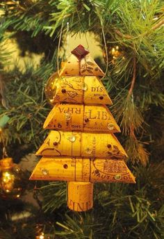 Christmas crafts - wine cork tree ornament. Maybe do it with the wine corks from a wedding or Holiday parties...