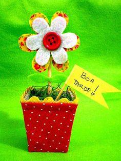Mini vasinho de flor, colorido, e especialmente para vc enfeitar sua casa ou presentear uma pessoa querida. (não acompanha bandeirinha)  Para lembrancinhas: - até 5 pçs -