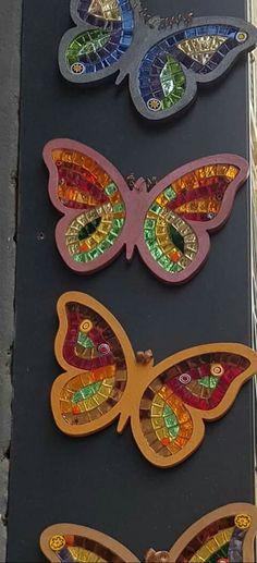 Mosaic Garden, Mosaic Art, Mosaic Tiles, Butterfly Mosaic, Cd Art, Mosaic Projects, Mosaic Patterns, Garden Crafts, Stone Art