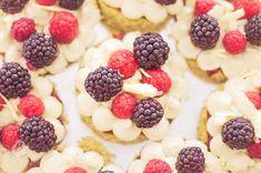 matcha minitortičky s ovocím Mini Cupcakes, Matcha, Cereal, Raspberry, Fruit, Breakfast, Desserts, Food, Morning Coffee