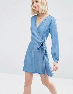 ASOS – Weiches, kurzes Jeanskleid in Wickeloptik und mittlerer Waschung
