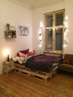 Gemütliches WG-Zimmer: Palettenbett und Lichterkette. #einrichtung #paletten #diy #diymöbel #wgzimmer #einrichtung #lichterkette