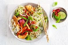 320 cal - Ready in 35 minutes, this healthy Asian stir-fry is loaded with chicken, noodles and vegies, and will be a new family favourite. Vegetarian Nachos, Vegetarian Dinners, Healthy Dinners, Quick Meals, Dinner Bowls, Fish Dinner, Healthy Rice, Healthy Chicken, Healthy Food