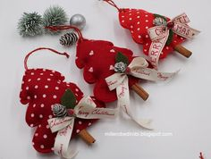 Decorazioni natalizie per alberi e pacchetti al profumo di cannella Felt Christmas Decorations, Christmas Ornament Crafts, Christmas Sewing, Christmas Fabric, Christmas Art, Handmade Christmas, Christmas Holidays, Christmas Walpaper, Christmas Makes
