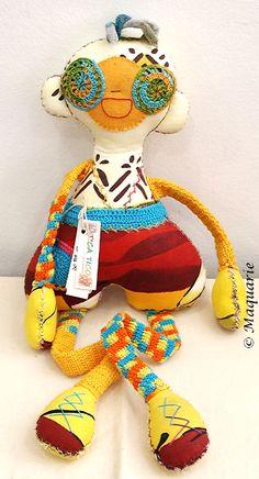 Crochet doll by Carla Nascimento. I love the combo of fabric and crochet. Fabric Toys, Doll Parts, Crochet Dolls, Plushies, Dinosaur Stuffed Animal, Snoopy, Sewing, Pattern, Handmade