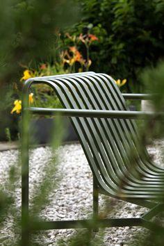 Palissade to kolekcja mebli ogrodowych zaprojektowanych przez Ronana i Erwana Bouroullec dla HAY. Stworzona z myślą o różnorodnych przestrzeniach: kawiarniach, restauracjach, pubach, tarasach czy ogrodach. Fotel ogrodowy niski Palissade został wykonany ze stali malowanej proszkowo. Jest solidny, mocny, odporny na działanie czynników zewnętrznych w szczególności, promieni słonecznych czy deszczu. Dostępny w dwóch wersjach: z niskimi i wysokim oparciem. Outdoor Furniture, Outdoor Decor, Bench, Design, Home Decor, Close Board Fencing, Decoration Home, Room Decor