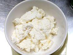 【nanapi】 はじめにリコッターチーズは買ったらかなりお高くなってしまいます。ですが、牛乳とレモン汁があれば、カンタンに作れてしまいます。今回はリコッターチーズの作り方を紹介します。材料牛乳:500ccレモン汁:大さじ1塩:2〜3振り作り方(調理時間:60分)STEP1:...